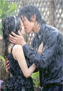 Nụ hôn lãng mạn dưới cơn mưa