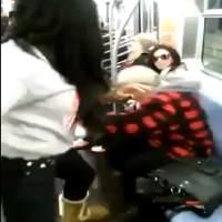 Garota agride idoso dentro do Metrô