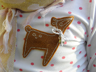 embroidery pattern for a deer brooch or gift tag.