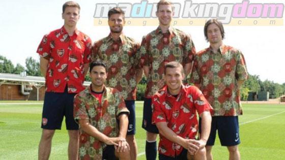 Foto: Para Pemain Arsenal Mengenakan Batik