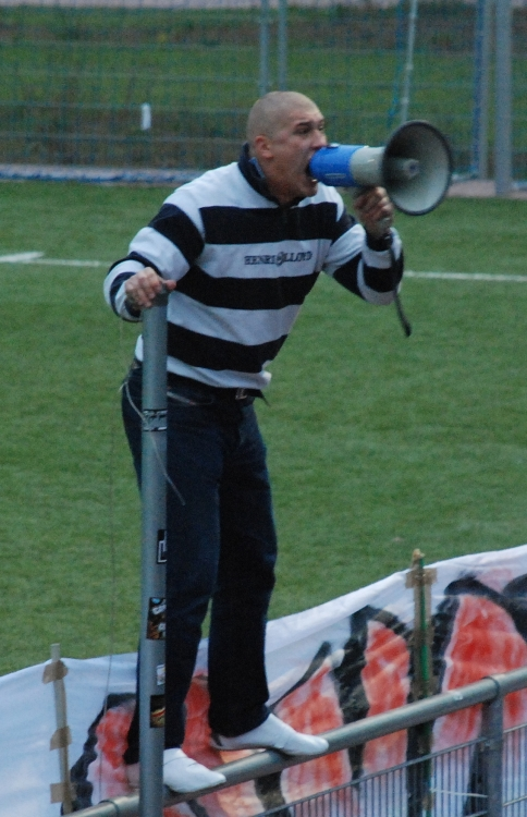 Staruch prowadzący doping podczas meczu CWKS - Milan Milanówek w 2008 r. - fot. Tomasz Janus / sportnaukowo.pl