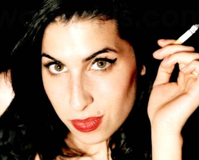 amy winehouse con un cigarro