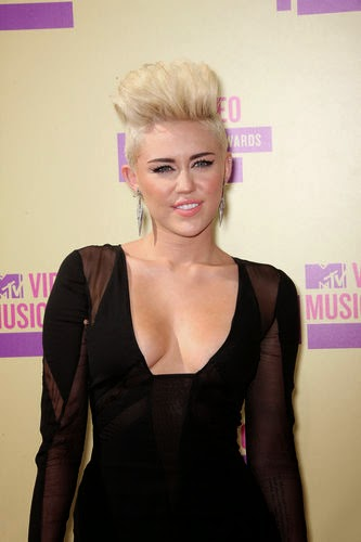 Miley Cyrus with blonde short hairstyle