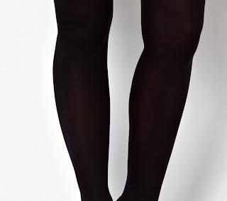 Prendas femeninas: medias negras, mini falda, zapatos de tacón