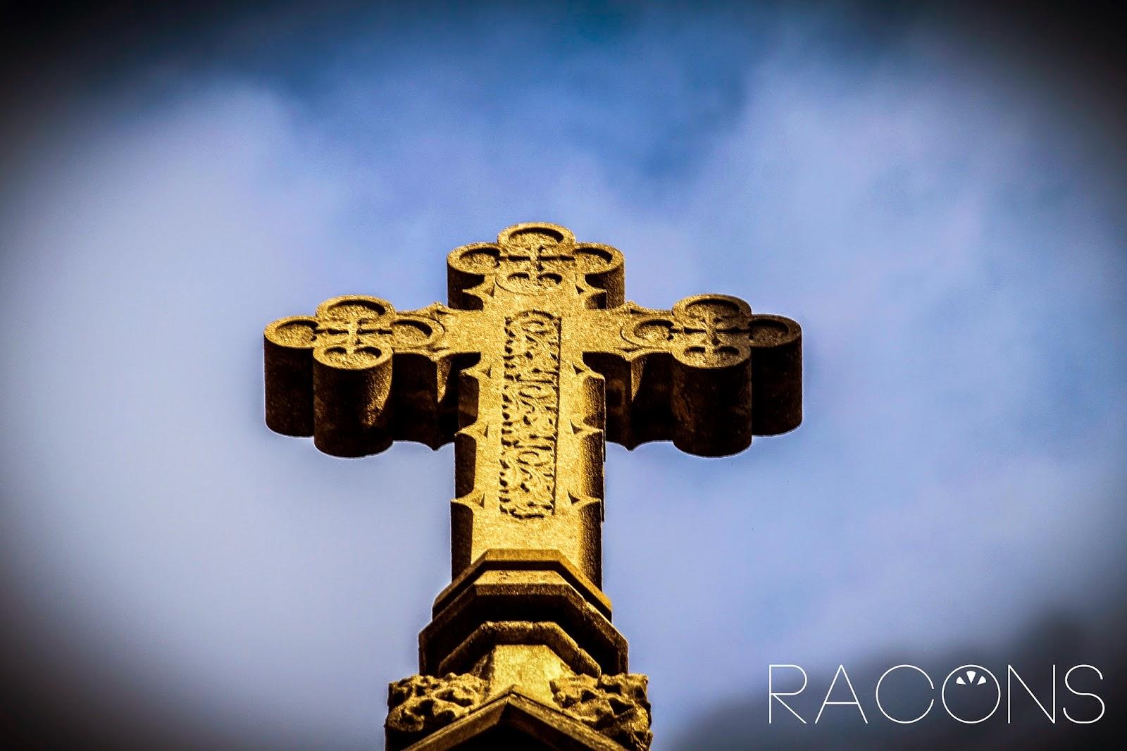 Creu situada a la façana de l'Església del Sagrat Cor girona