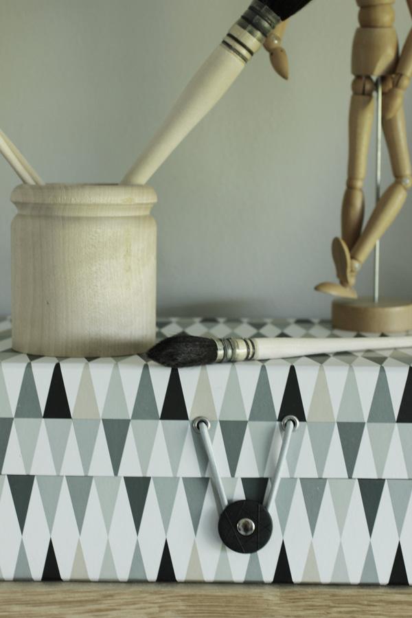 pappersbox, mannekin, trärena detaljer, inredning på hyllan, dekoration box, presentbox på netto, papplåda netto, inredningsdetalj, stilleben hyllplan, arbetsrum