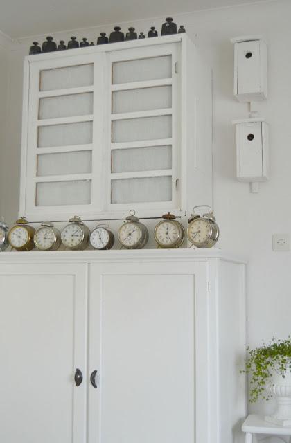 Här hemma är det ingen som blir förvånad om det plötsligt sitter fågelholkar på väggen