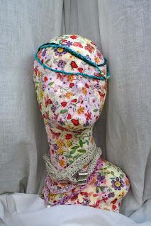 Gargantillas-brazaletes en seda, lino y metal