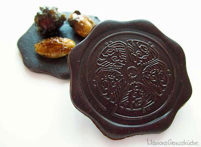 Zartbitterschokoladentaler mit karamellisierten gesalzenen Nüssen