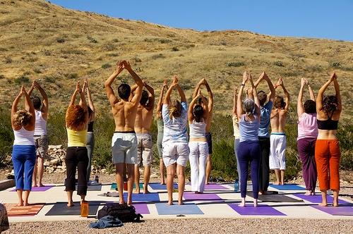 Cómo hacer la pose de yoga del saludo al sol