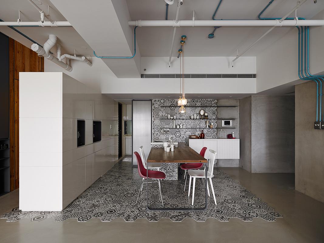 Casa con piastrelle esagonali e pannelli in legno di cedro for Pannelli per coprire piastrelle cucina