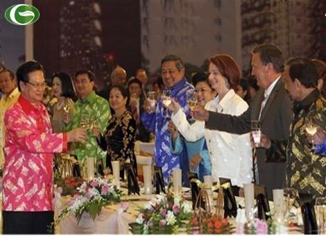 Thủ tướng Nguyễn Tấn Dũng mời rượu các vị khách quý đến Hà Nội tham dự Cấp cao ASEAN và các hội nghị liên quan. Trong ảnh là Tổng thống Indonesia Susilo Bambang Yudhoyono, và phu nhân Kristiani Herawati, Thủ tướng Australia Julia Gillard và bạn đời Tim Mathieson. Ảnh: AFP.