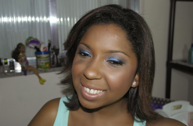 Maquiagem-azul-royal-esfumado-para-o-dia-batom-nude-rosa-rock-natura-oncinha-1
