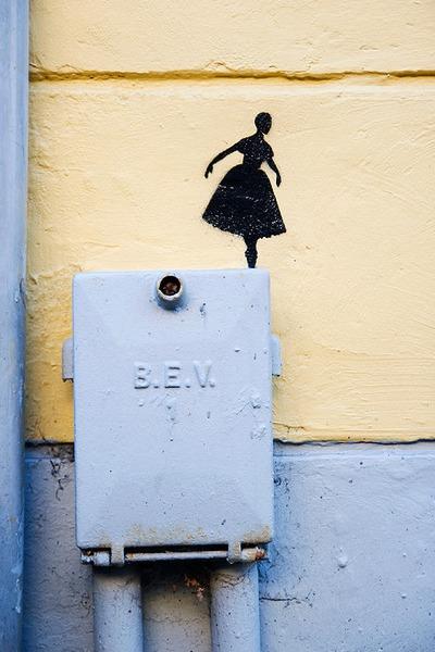 Ballet danserinde på kanten af afsats, graffiti