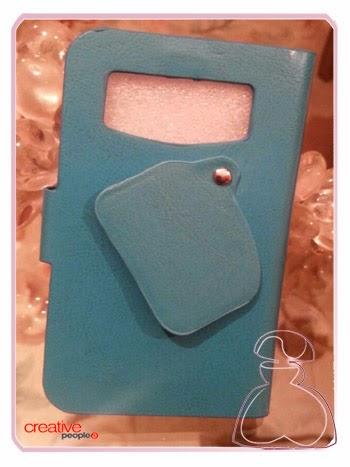 Trasera y cubierta abierta del objetivo cámara móvil de la funda universal azul decorada a mano por Sylvia Lopez Morant