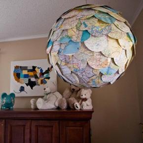 Luminária redonda forrada com pedaços de mapa