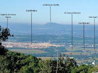 Vistes de la Plana amb els Cingles de Gallifa al fons, des del poblat ibèric del Turó del Vent