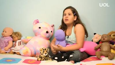 Atriz co-adoptada chora porque locutor de rádio gozava com o facto do seu pai ser gay