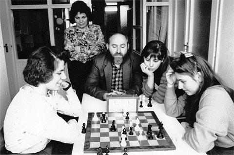 La famille Polgar autour des échecs dans leur appartement de Budapest