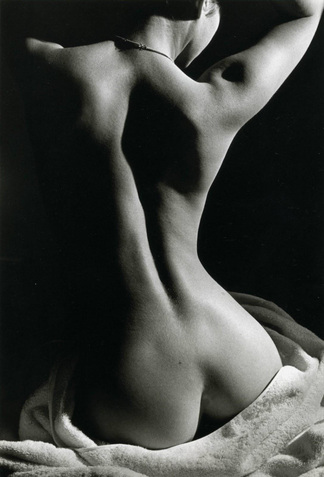 Сидящая голая девушка спина 3 фотография