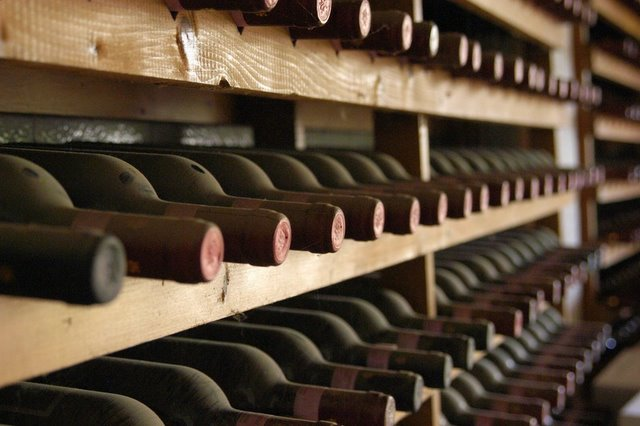 The sommelier update wine bottles - Moderne wijnkelder ...