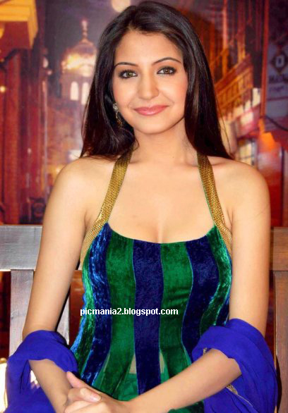 bollywood actress anushka sharma hot sexy bikini cleavege image gallery