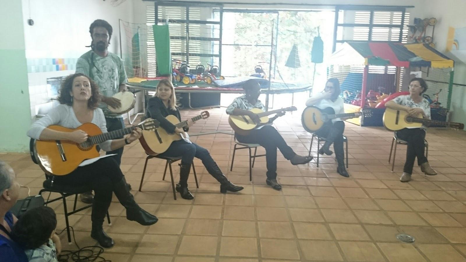 Apresentação o grupo do curso de violão na Festa da Família