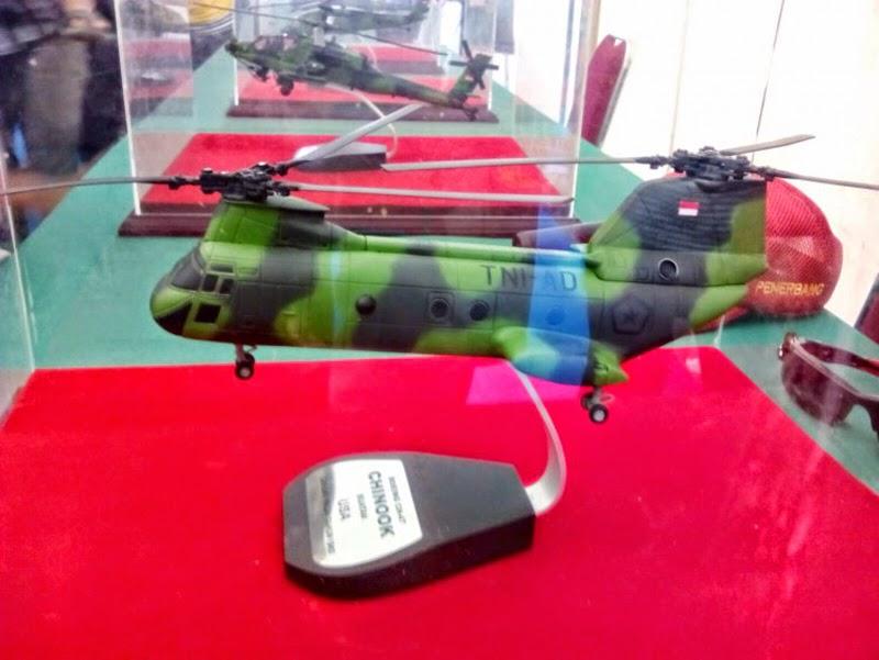Model helikopter Chinook dengan camo TNI AD