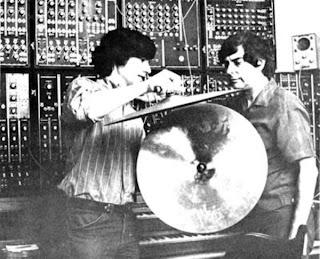 Los apóstoles del sintetizador Moog en la Costa Oeste, Paul Beaver y Bernie Krause en los estudios Parasound en la primavera de 1969 durante la grabación del LP In A Wild Sanctuary (1970).