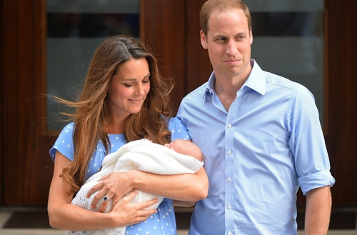 PUTERA William dan Kate Middleton ketika memperkenalkan anak mereka yang baharu dilahirkan kepada media kelmarin. Pewaris keempat raja Britain itu diberi nama George Alexander Louis.