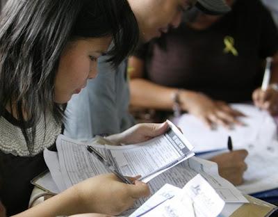 antrian melamar kerja infonews Contoh Surat Lamaran Kerja Terbaik 2013