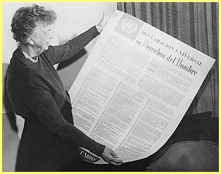 Eleanor Roosevelt sosteniendo una copia de la DUDH