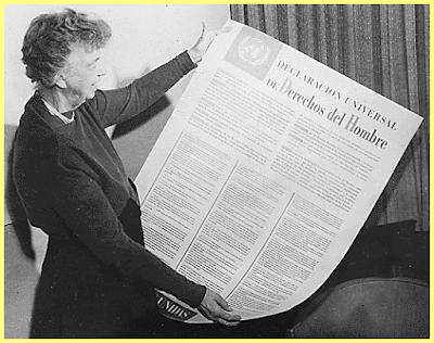 Eleanor Roosevelt sosteniendo la versión en español de la DUDH