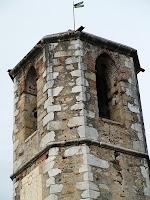 Detall de pis superior del campanar amb grans obertures apuntades per a les campanes