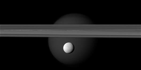Sonda Cassini pasará este miércoles a 50 kilómetros de la superficie de Encélado.