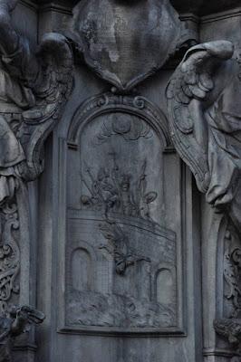 Plaskorzezba na cokole pomnika sw Jana Nepomucena na placu Kościelnym we Wrocławiu