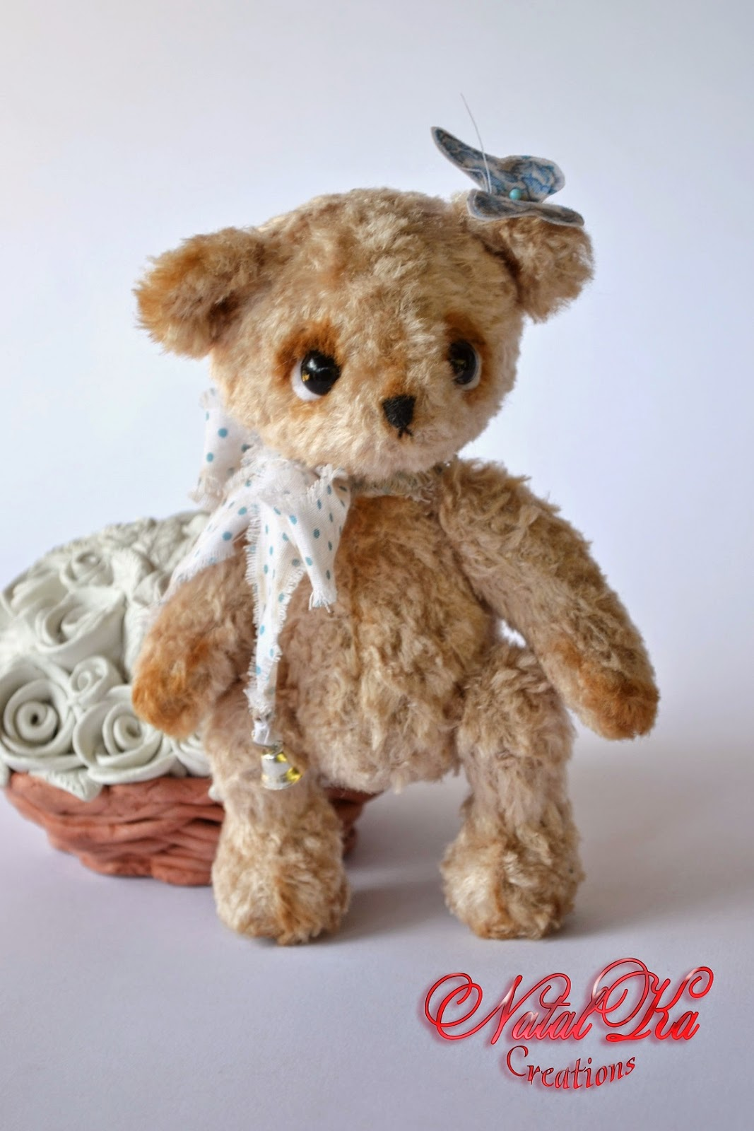Artist teddy bear handmade by NatalKa Creations. Künstler Teddybär handgemacht von NatalKa Creations.