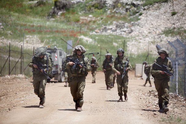 israël Israeli+soldiers+patrol+along+the+border+fence+between+the+Israeli-annexed+Golan+Heights+and+Syria+next+to+the+Druze+village+of+Majdal+Shams+%25282%2529