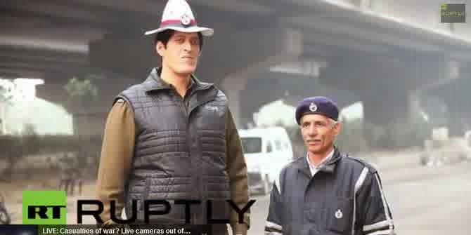 inilah polisi dengan ukuran tinggi badan yang tidak biasa