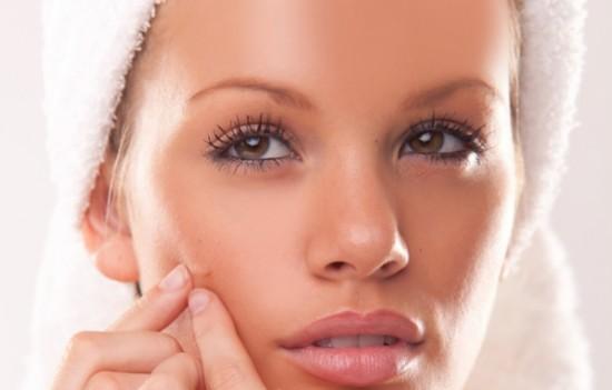 Medicina di allergia su una faccia posti rossi