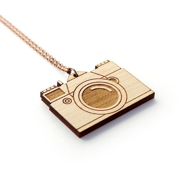 http://www.lesfollesmarquises.com/product/collier-appareil-photo-en-bois