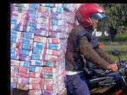 Seorang Penjual Uang Kertas Mainan