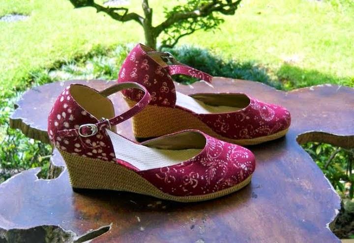 Koleksi model sepatu sandal wedges batik cantik terbaru ...