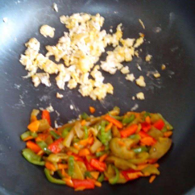Imagen de las verduras y el huevo revuelto en el wok