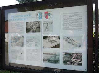Infotafel zur römischen Geschichte und zu den gefundenen Römerschiffen vor dem Kindergarten von Oberstimm