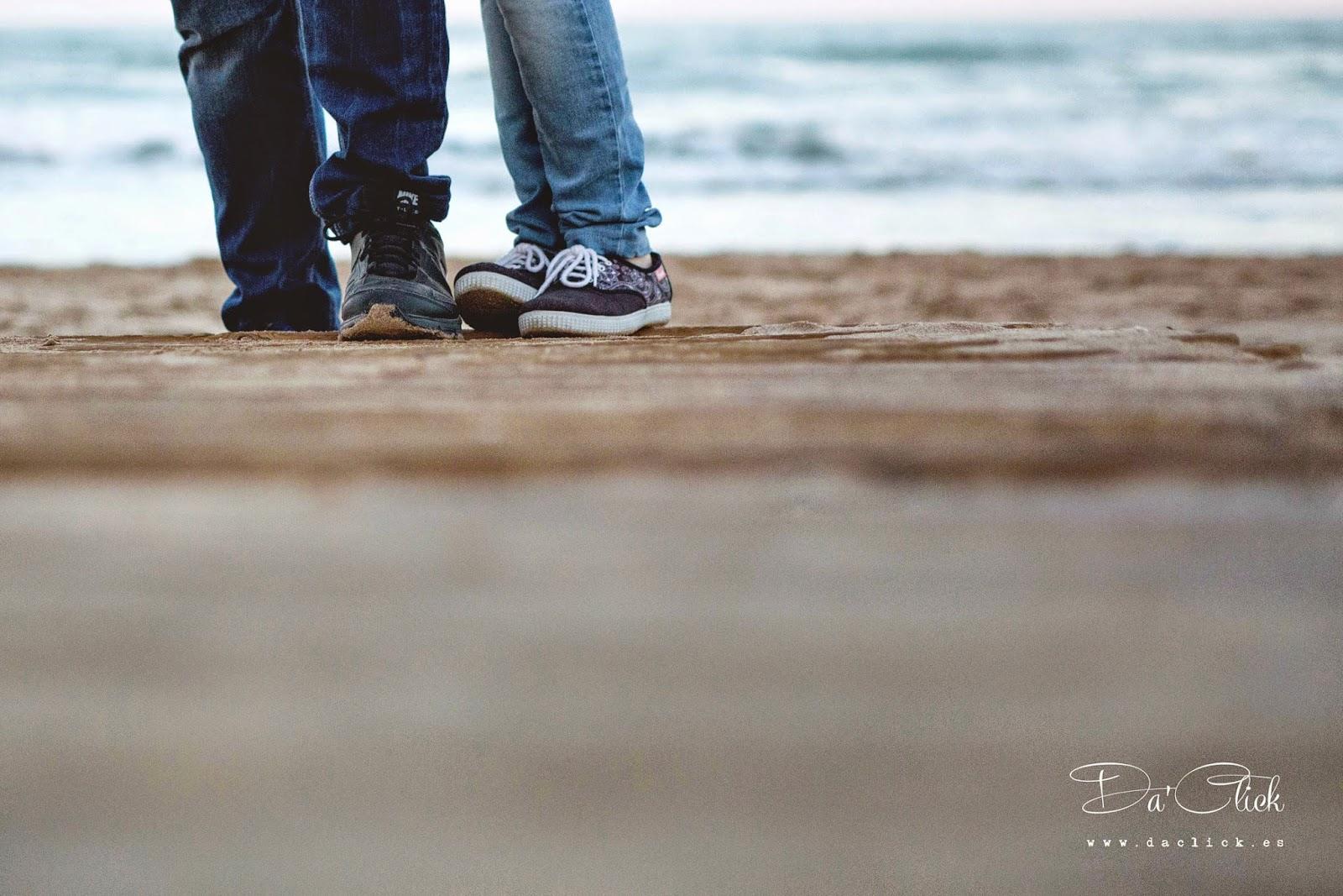 pies de novios en la pasarela de madera junto al mar