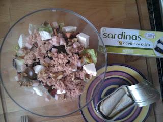 cena ensalada súper completa y sardinas en lata
