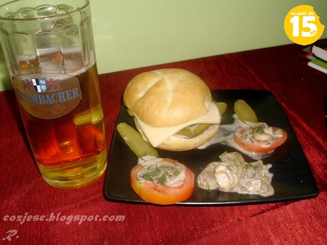 Hamburger i piwko, hamburger z pomidorem, pieczarkami, ogórkiem, koperkiem, kapustą