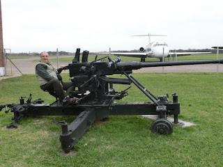 Con un cañón antiaéreo 40mm (Museo Aeronáutico)