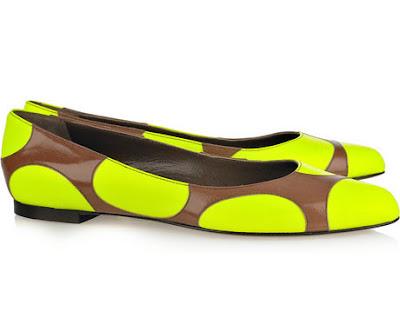 Ainda na tendência dos polka dots (desta vez BEM maiores) esta linda sapatilha é da marca Marni.
